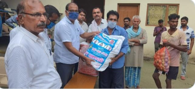 कुशीनगर जिले में बाढ़ प्रभावित लोगों के बीच 230 राशन-किट का वितरण: जिलाधिकारी, कुशीनगर
