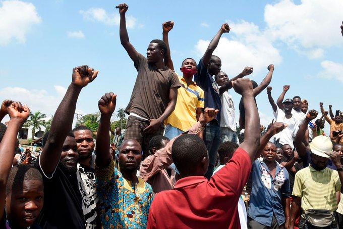 SARS पुलिस बर्बरता का विरोध करने वाले नाइजीरियन का शांतिपूर्वक बिरोध एक व्यापक आंदोलन में बदला!