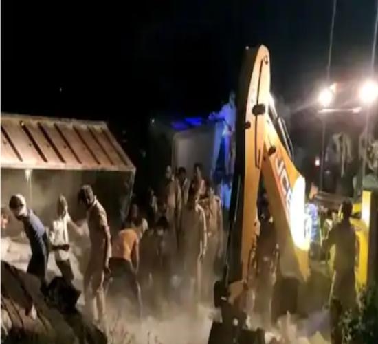 COVID-19: कोरोना का कहर: औरैया में भीषण सड़क हादसा: गोरखपुर जा रहे 24 मजदूरों की दर्दनाक मौत, 36 घायल