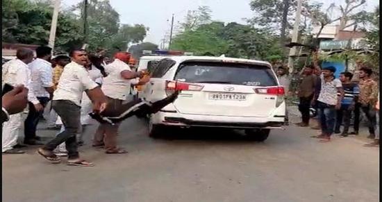 BREAKING NEWS: बिहार में भाजपा नेता का बिरोध - केंद्रीय मंत्री - आर. के. सिंह के काफिले को काळा झंडे दिखाकर लोगों ने किया सामूहिक बिरोध!