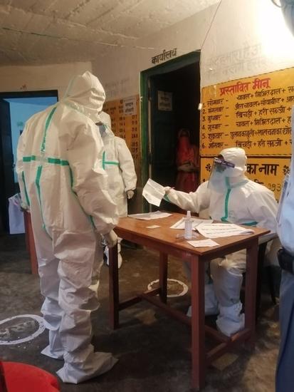 बिहार विधानसभा चुनाव 2020: मतदान के अंतिम घंटे में मतदान कर्मियों द्वारा पीपीई कीट पहनकर मतदान कराया जा रहा है!