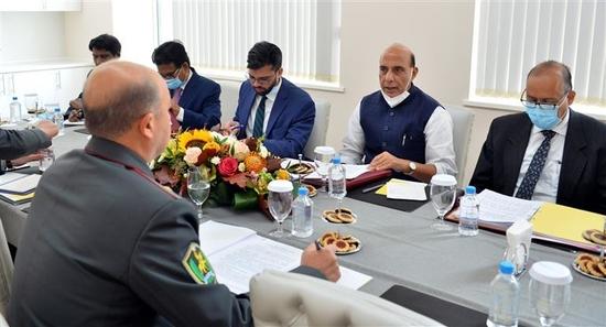 रक्षा मंत्री श्री राजनाथ सिंह ने चीन के रक्षा मंत्री के आग्रह पर उनसे मास्को में एससीओ बैठक के दौरान मुलाकात की