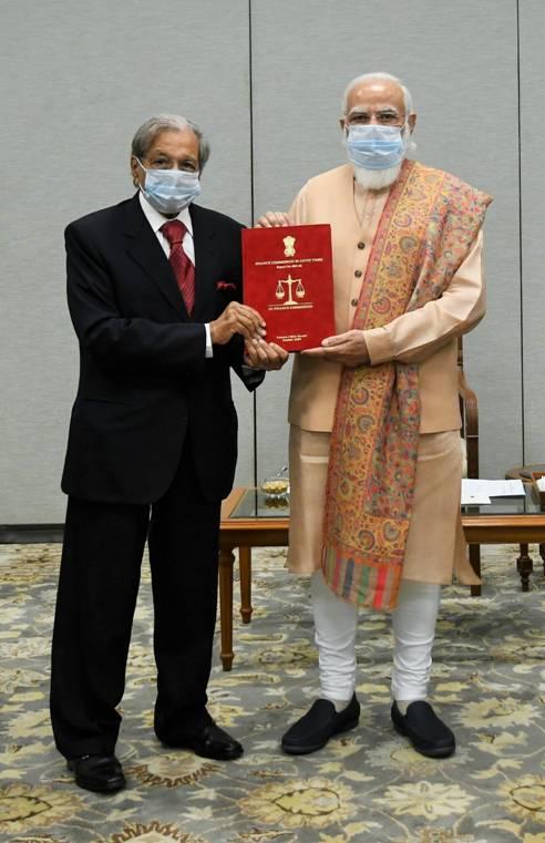 वित्त आयोग  ने प्रधानमंत्री को अपनी रिपोर्ट की प्रति भेंट की