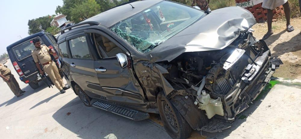 BREAKING NEWS - आँखों देखी: सुल्तानपुर - लखनऊ हाईवे पर कार और टैंकर की टक्कर