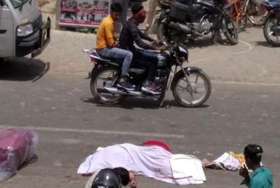 तेज रफ्तार ट्रक ने दंपत्ति को रौंदा, पत्नी की मौत