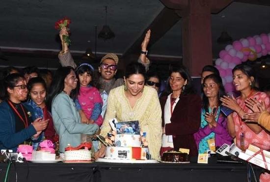 दीपिका ने रणवीर संग एसिड अटैक सर्वाइवर्स के बीच यूं मनाया जन्मदिन, देखें तस्वीरें