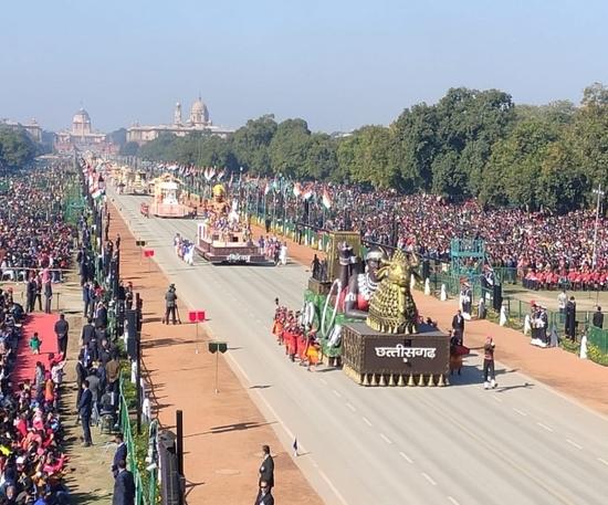 गड़तंत्र दिवस 2020 परेड की फुल ड्रेस रिहर्सल के दौरान राजपथ से होकर गुजरती हुई भारतीय नौसेना और छत्तीसगढ़ तथा तमिलनाडु की झांकी