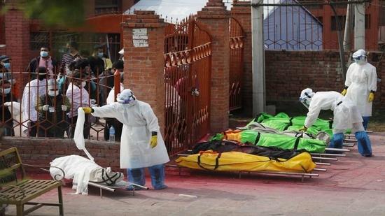 नेपाल में कोविड-19 से बढ़ती मौतों के कारण शवदाहगृह भरे
