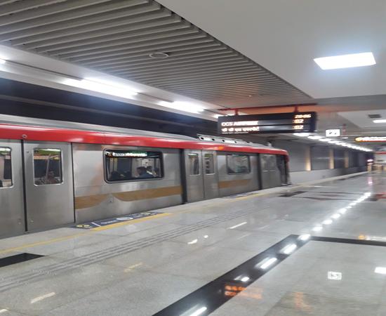 LMRC लखनऊ मेट्रो के हुसैन गंज मेट्रो स्टेशन का SUB-WAY रो रहा है!