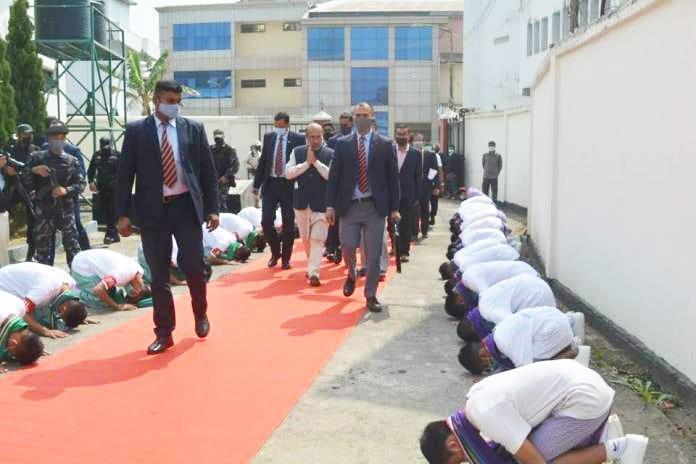 मणिपुर में बच्चों को गुलाम बनाए लाल कालीन पर चलता एक निर्वाचित तानाशाह की शर्मनाक हरकत!